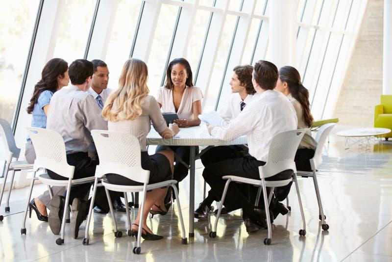 Gente di affari che ha riunione di consiglio in ufficio moderno fotografia stock libera da diritti