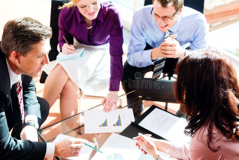 Gente di affari che ha riunione in ufficio fotografia stock