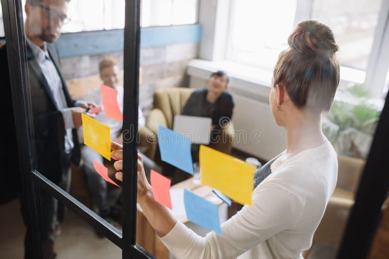 Gente di affari che ha una riunione in ufficio fotografia stock libera da diritti