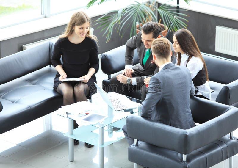 Gente di affari che incontra concetto corporativo di discussione di conferenza fotografie stock libere da diritti