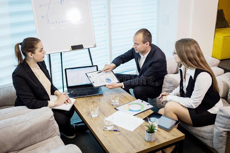 Gente di affari che incontra concetto corporativo di discussione di conferenza, fotografia stock libera da diritti