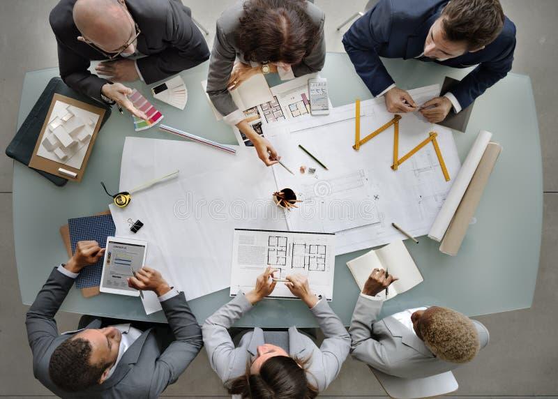 Gente di affari che incontra concetto di progetto del modello di architettura immagine stock libera da diritti