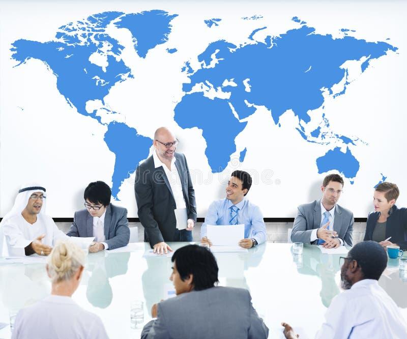 Gente di affari che incontra il capo World Map Concept della sala del consiglio fotografia stock