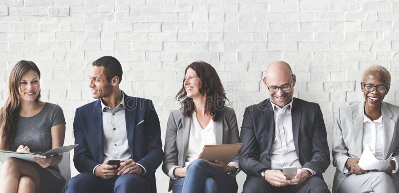 Gente di affari che incontra il collegamento corporativo del dispositivo di Digital concentrato fotografia stock