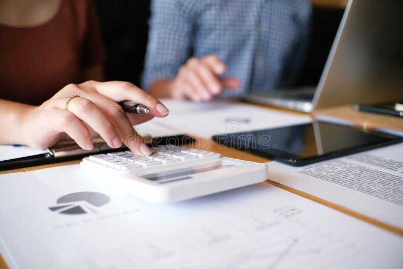 Gente di affari che incontra worki dell'investitore professionale di idee di progettazione immagini stock