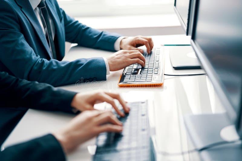 Gente di affari che lavora al computer portatile immagini stock