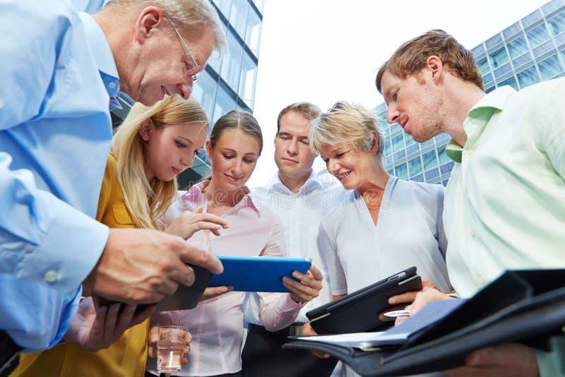 Gente di affari che lavora con il computer della compressa fotografia stock