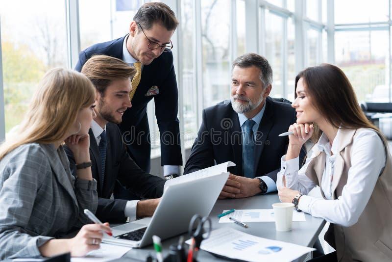 Gente di affari che lavora conferenza di cooperazione di lavoro di squadra Riunione d'affari immagini stock