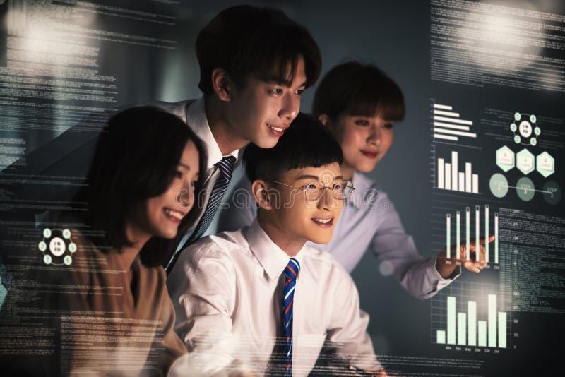 Gente di affari che lavora e che comunica all'ufficio immagine stock libera da diritti