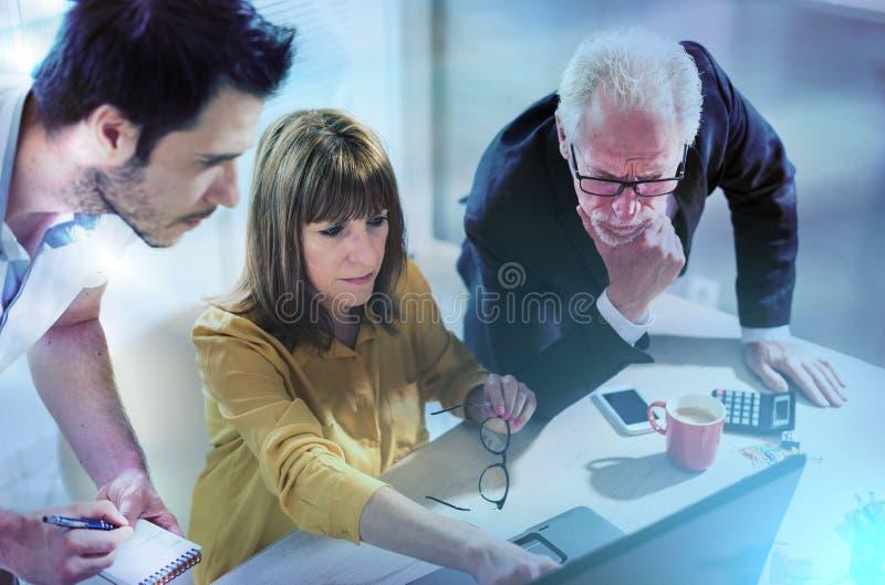 Gente di affari che lavora insieme; effetto della luce fotografia stock libera da diritti