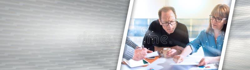 Gente di affari che lavora insieme, ricoperto con la rete, effetto della luce Bandiera panoramica immagini stock
