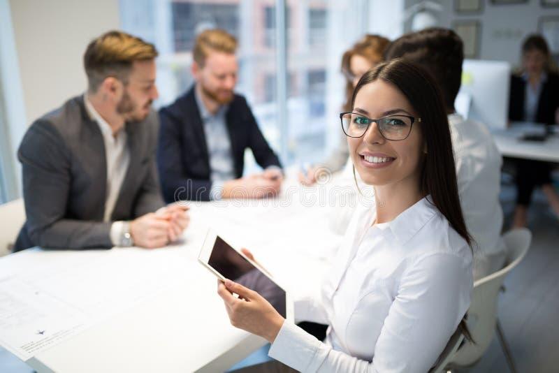 Gente di affari che lavora insieme sul progetto e che confronta le idee nell'ufficio immagini stock