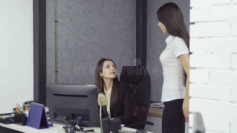 Gente di affari che lavora nell'ufficio immagine stock libera da diritti