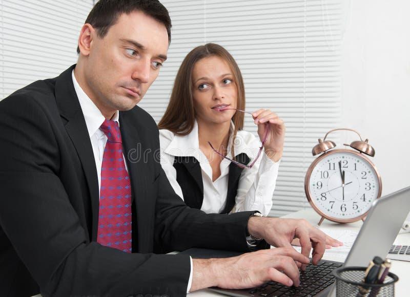 Gente di affari che lavora nell'ufficio immagine stock