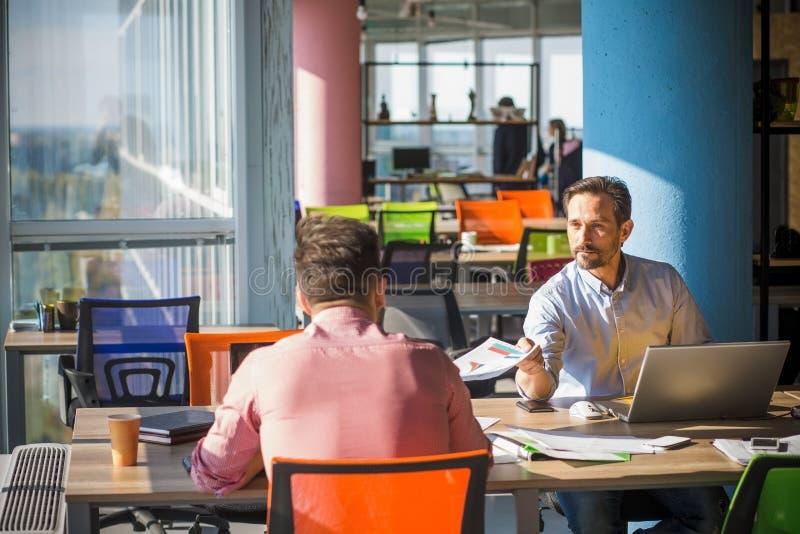 Gente di affari che lavora nella sala riunioni in ufficio immagine stock
