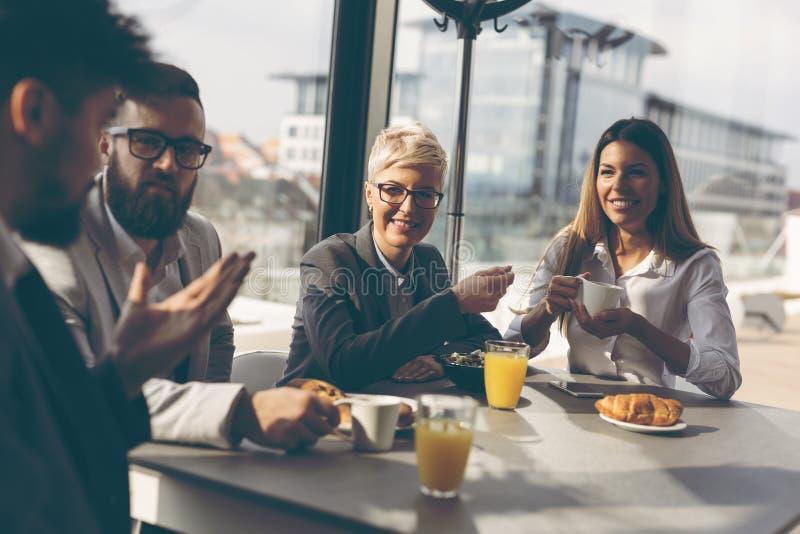 Gente di affari che mangia prima colazione fotografia stock libera da diritti