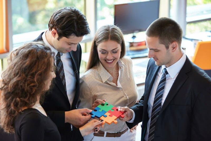 Gente di affari che monta puzzle fotografie stock