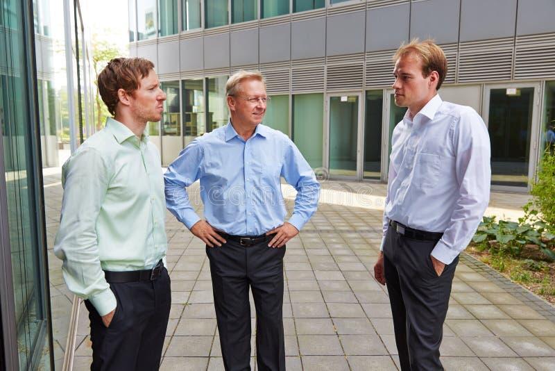 Gente di affari che parla durante l'intervallo di pranzo fotografia stock