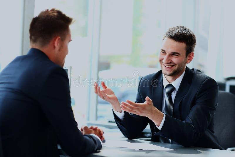 Gente di affari che parla durante l'intervista nel loro ufficio fotografia stock