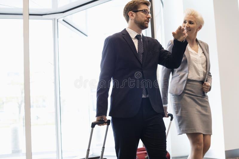 Gente di affari che parla mentre camminando nel centro di convenzione immagine stock libera da diritti