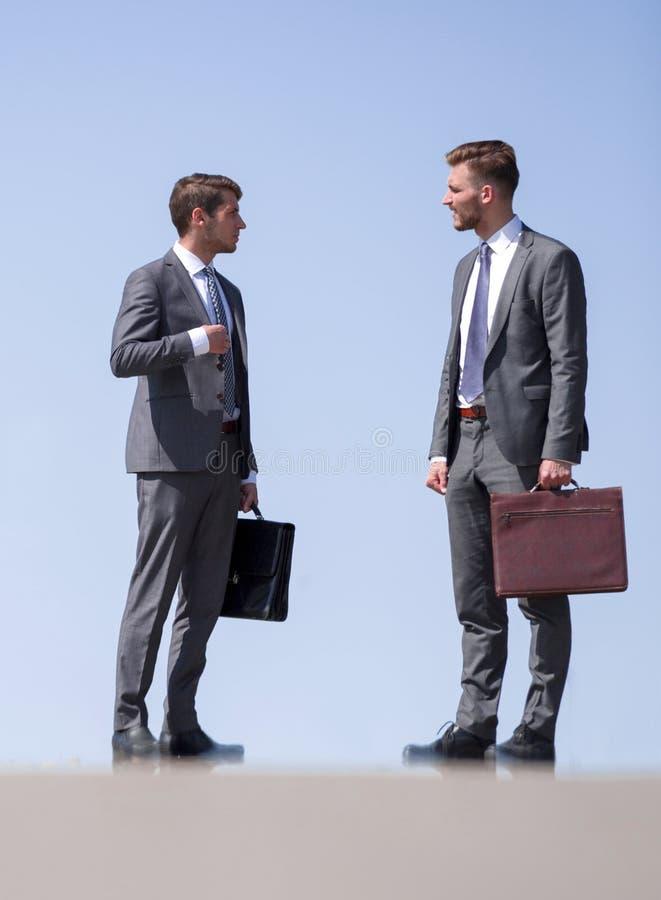 Gente di affari che parla mentre stando sulla via fotografie stock