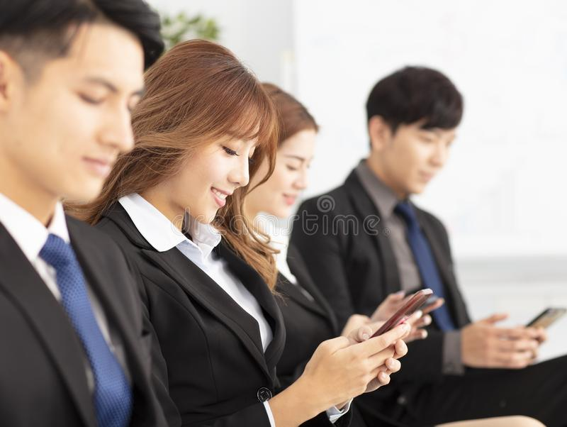 gente di affari che per mezzo dello Smart Phone fotografia stock
