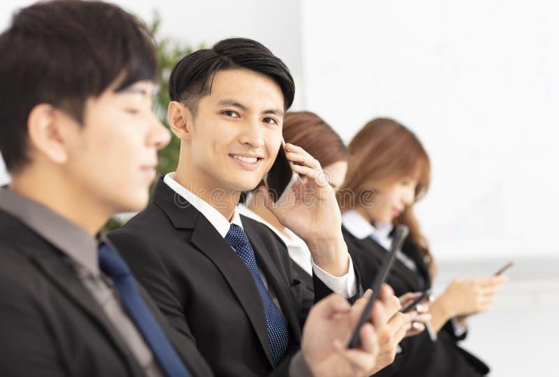 gente di affari che per mezzo e parlando dello Smart Phone fotografia stock libera da diritti