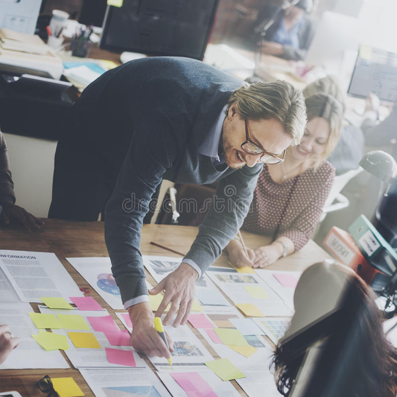 Gente di affari che progetta concetto dell'ufficio di analisi di strategia fotografia stock