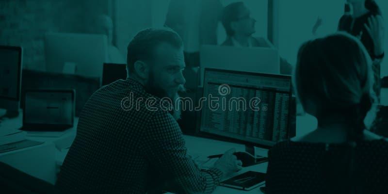 Gente di affari che progetta concetto finanziario di contabilità del foglio di lavoro immagini stock libere da diritti