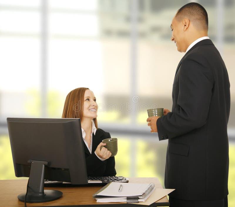 Gente di affari che si distende nell'ufficio immagine stock libera da diritti