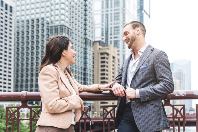 Gente di affari che si incontra e che parla in Chicago fotografia stock