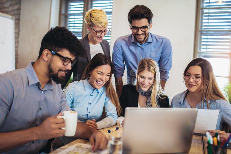 Gente di affari che si incontra per discutere le idee in ufficio moderno fotografia stock