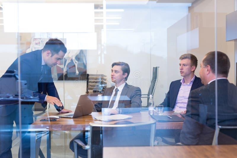 Gente di affari che si siede e che confronta le idee alla riunione corporativa immagine stock