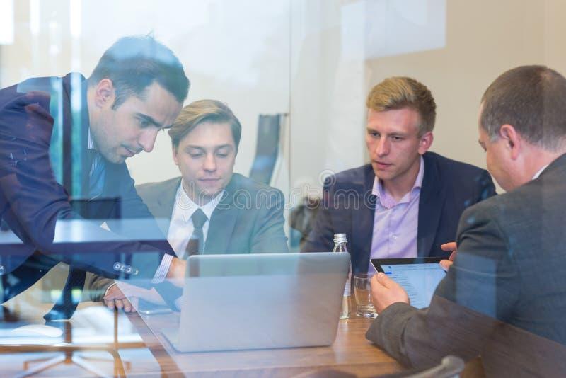Gente di affari che si siede e che confronta le idee alla riunione corporativa fotografia stock