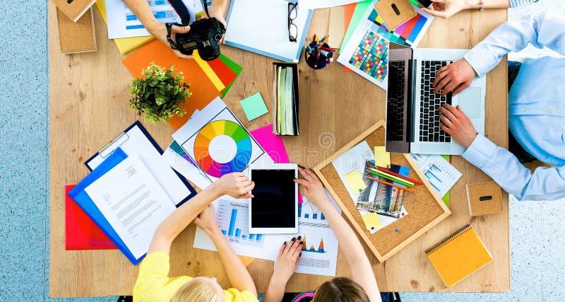 Gente di affari che si siede e che discute alla riunione d'affari, nell'ufficio fotografie stock