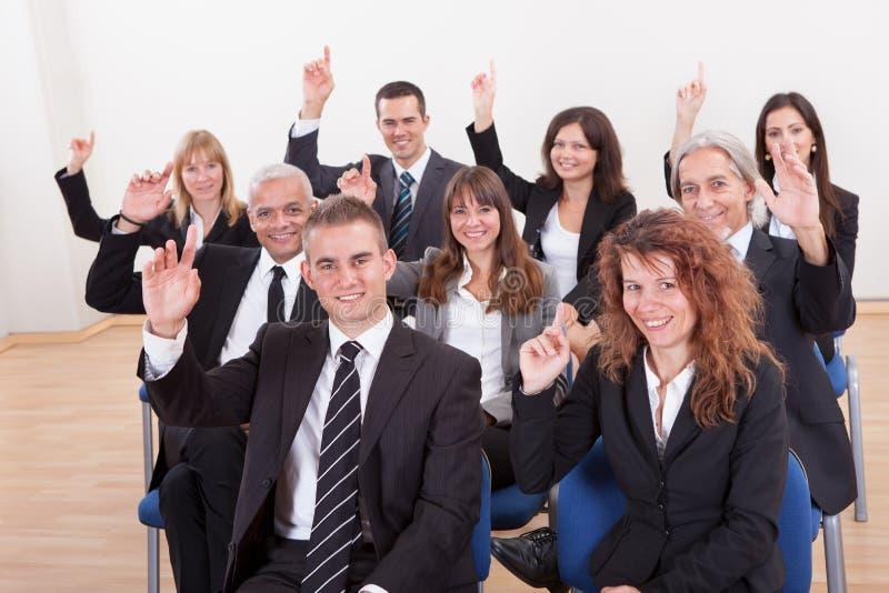 Gente di affari che solleva la loro mano immagini stock libere da diritti
