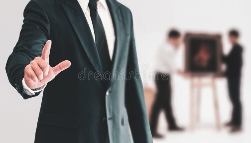 Gente di affari che sta e che indica un dito con fiducia io fotografia stock libera da diritti