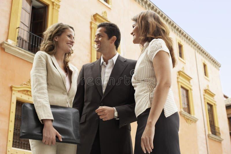 Gente di affari che sta in Front Of Building fotografia stock