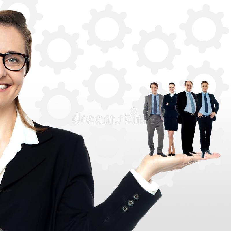 Gente di affari che sta sulla palma immagini stock