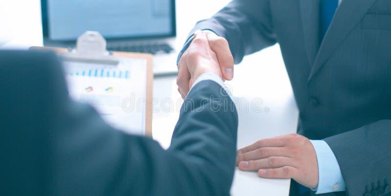Gente di affari che stringe le mani, finenti su una riunione fotografie stock