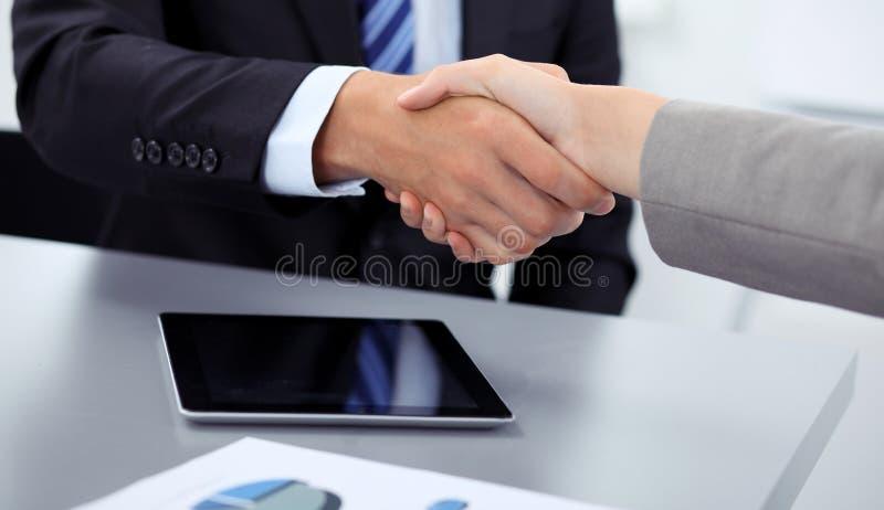 Gente di affari che stringe le mani, finenti su una riunione nell'ufficio, gruppo umano sconosciuto fotografia stock libera da diritti