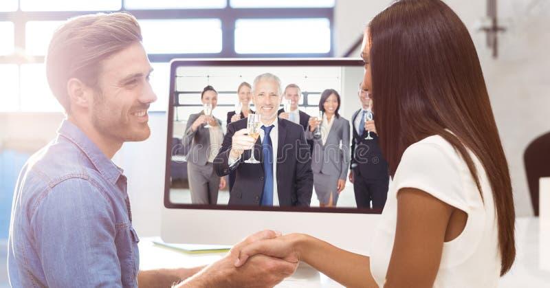 Gente di affari che stringe le mani mentre avendo videoconferenza con i colleghi che tengono il glasse del champagne fotografie stock libere da diritti