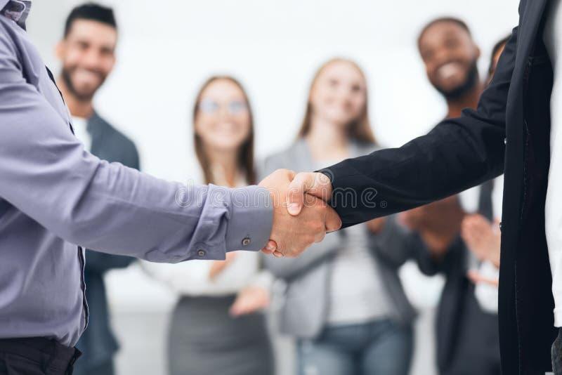 Gente di affari che stringe le mani nell'ufficio fotografie stock libere da diritti