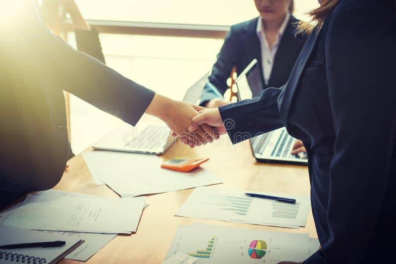 Gente di affari che stringe le mani a vicenda Riuscito busine fotografia stock libera da diritti