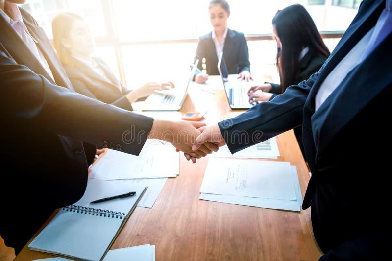 Gente di affari che stringe le mani a vicenda Riuscito busine immagini stock