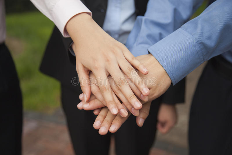 Gente di affari che un la loro mano come segno di funzionamento del gruppo e che incoraggia, primo piano fotografie stock libere da diritti