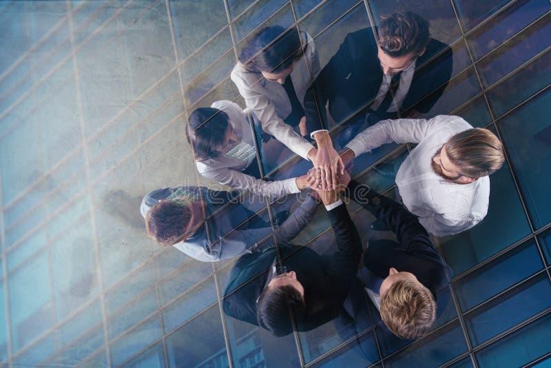 Gente di affari che un le loro mani Concetto di integrazione, di lavoro di squadra e dell'associazione Doppia esposizione immagine stock libera da diritti