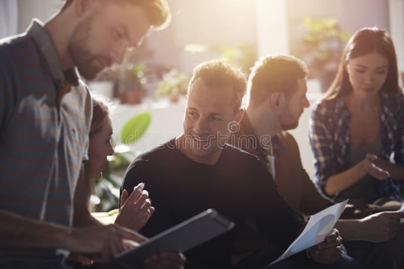 Gente di affari collegata sulla rete internet con una compressa Concetto di start-up fotografie stock