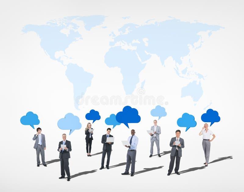 Gente di affari computazione della nuvola e mappa di mondo qui sopra fotografia stock