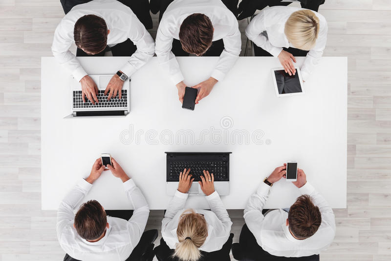 Gente di affari con gli apparecchi elettronici fotografia stock